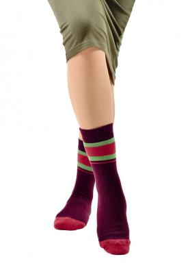 Бордовые носки на ногах